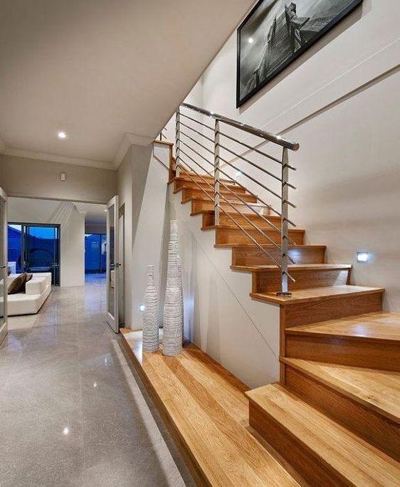 escaleras de chalet con bajada al sotano cerrada