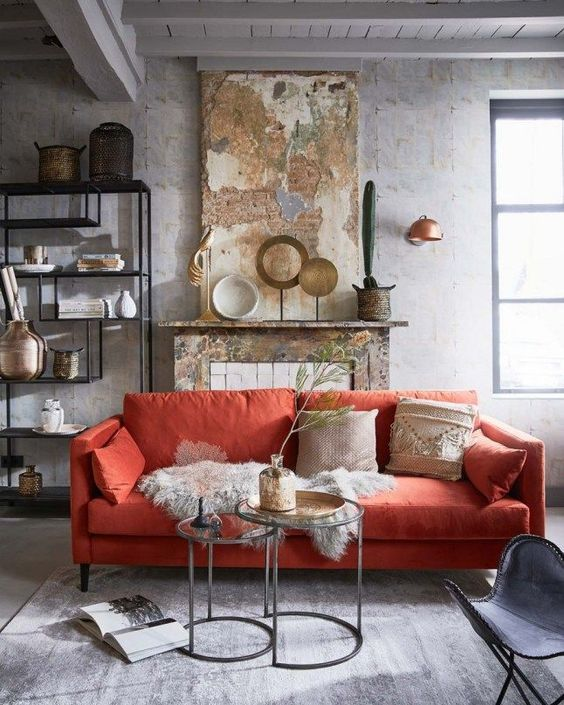 decoralinks | Colores tendencia 2019 - Pantone Coral on sofa - patinated walls