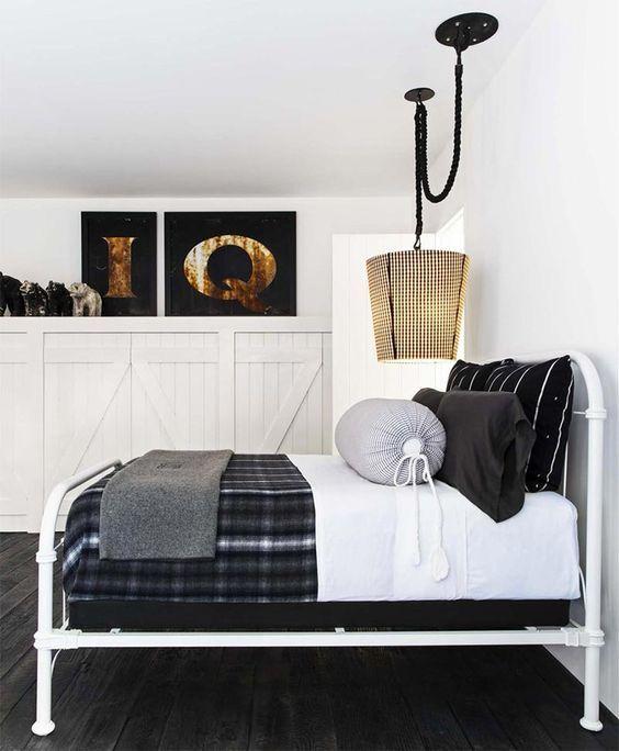 decoralinks   cama de hierro blanco con colcha de tartan y armario de lamas de madera