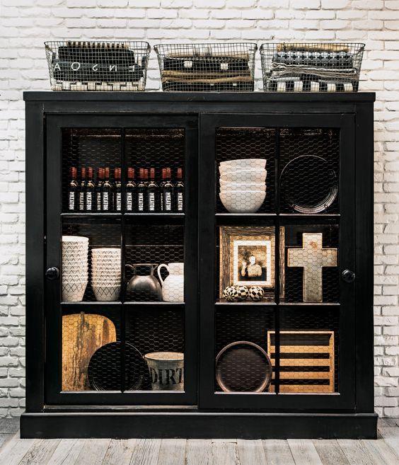 decoralinks | libreria negra con tela de gallinero en casa de campo de diane keaton