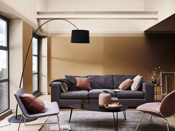 decoralinks | Colores tendencia 2019 - spiced honey for the walls combined with blue sofa and pink chairs