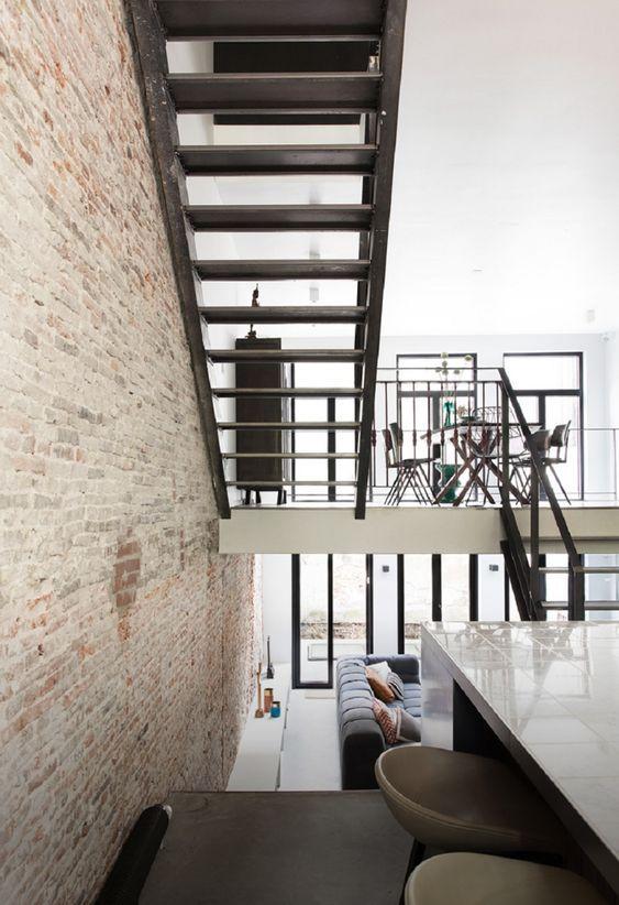 decoralinks | casa en amsterdam. escaleras de acero que conectan salon, cocina y comedor