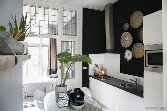 decoralinks | cocina de paredes negras y azulejo blanco