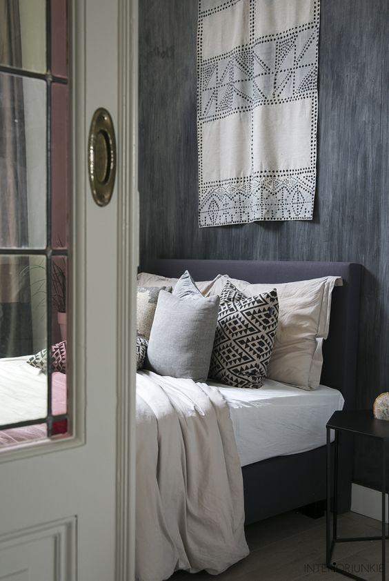 decoralinks | dormitorio colores neutros pared oscura