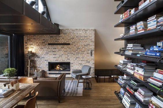 decoralinks | apartamento loft industrial - salon con chimenea y pared de ladrillo