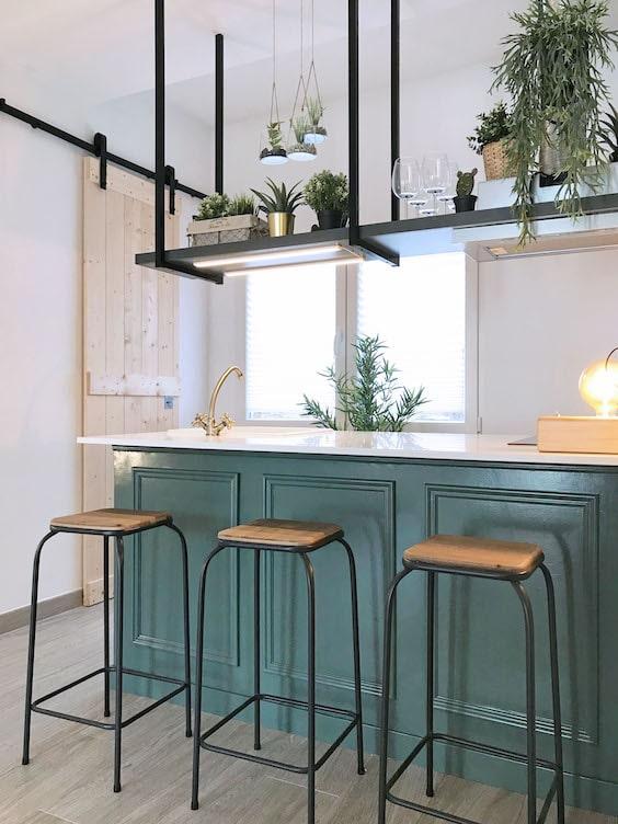 decoralinks | reforma piso alquiler - cocina con isla y barra suspendida