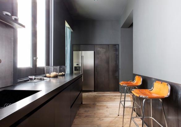 decoralinks | cocina realizada en metal de estilo industrial y taburetes en piel de charlotte perriand