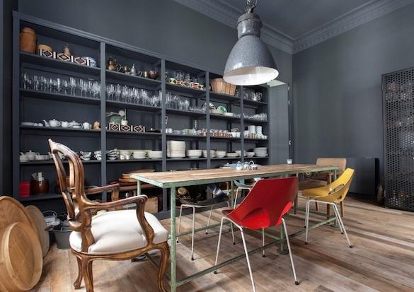 decoralinks | comedor pintado en gris ceniza con mesa recuperada de metal y sillas clasicas y vintage