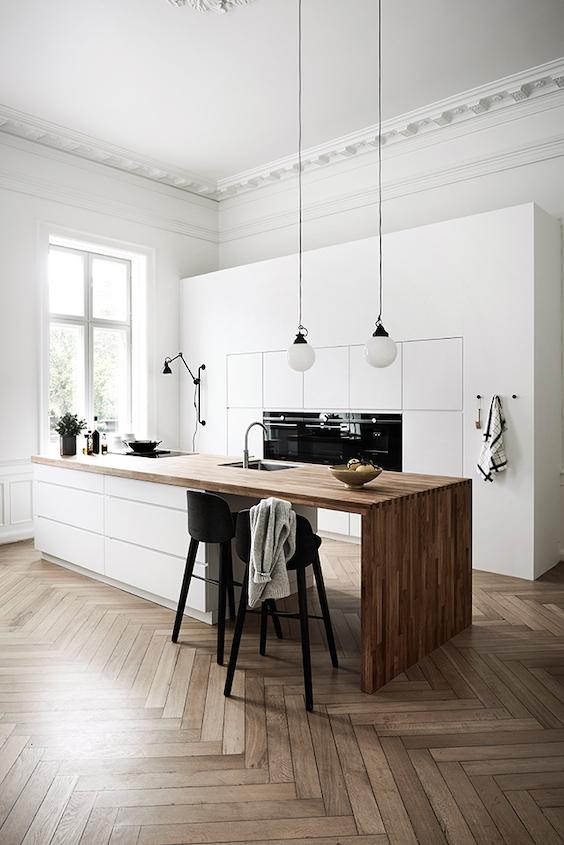 decoralinks | detalles negros y madera para una cocina blanca minimalista de Kvik
