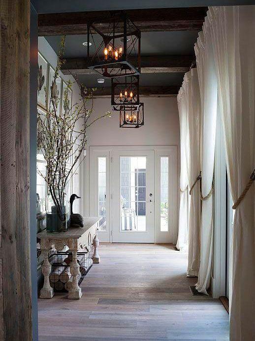 decoralinks | pasillo con techos altos pintados en gris antracita y vigas oscuras