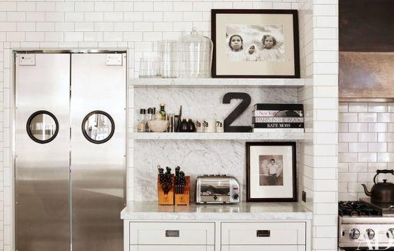decoralinks | cocina blanca con azulejo metro y estanterias marmol de Carrara de Meg Ryan en New York