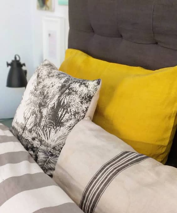 decoralinks   Cabecero tapizado en lino de MaisonsDuMonde - fundas de almohada mostaza de dE.LENZO