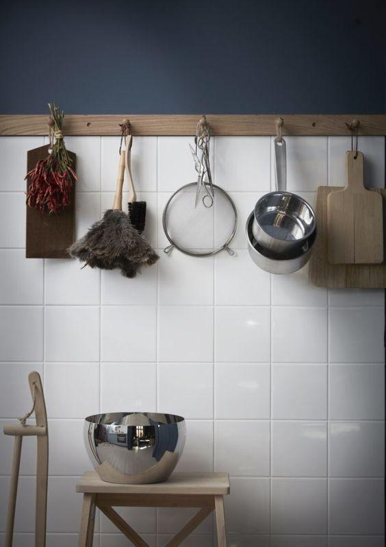decoralinks   cocina con azulejos blancos cuadrados y pared pintada azul