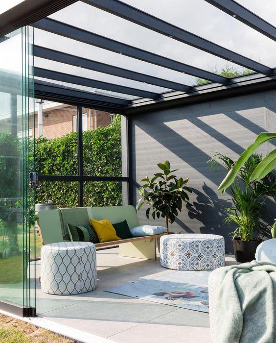 decoralinks | porche con pergola bioclimatica y cerramiento con cortinas de cristal correderas