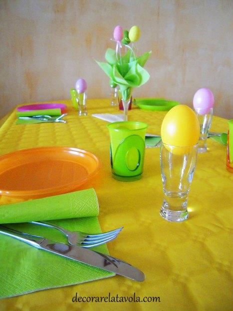 Pasquetta con amici tavola colorata