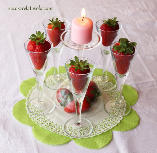 Centrotavola con bicchierini e fragole