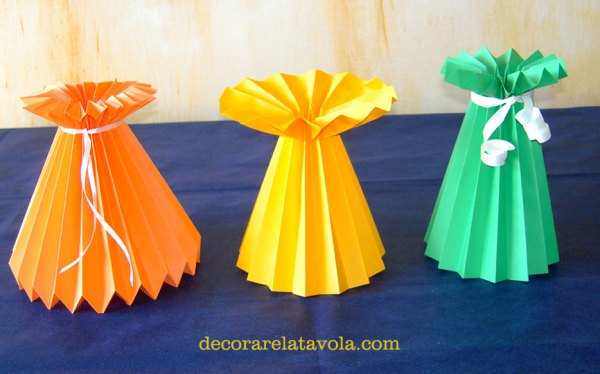 Vaso e fiori di carta per decorare la tavola