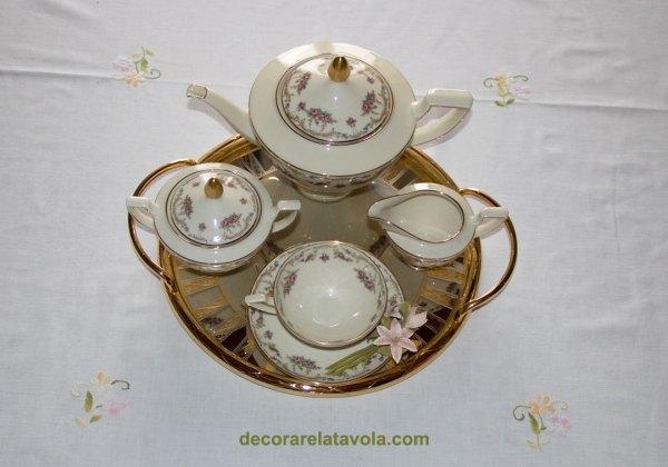 Disposizione servizio da tè in porcellana