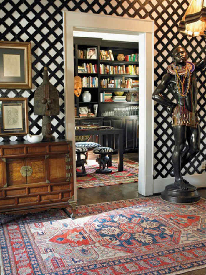 Μαύρο καφασωτό σε σπίτι αποικιακής διακόσμησης.