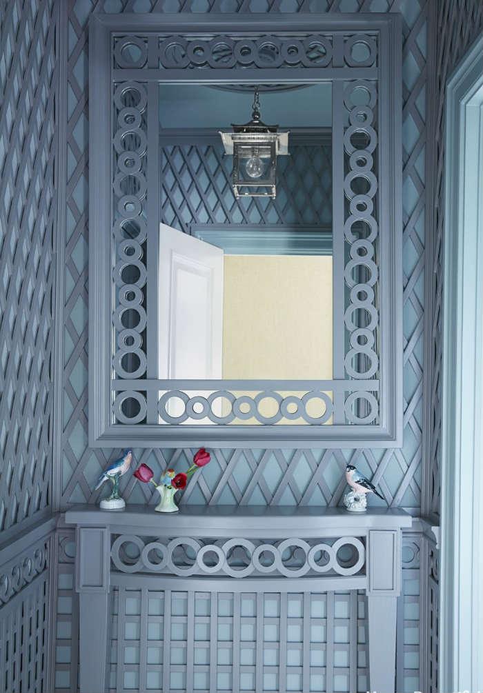 Μπλε-γκρι καφασωτό με ανάγλυφο σετ καθρέφτη-κονσόλας.