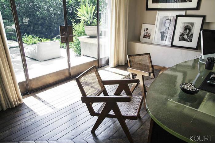 Ξύλινες καρέκλες με πλάτη από ρατάν των 10.000 ευρώ.