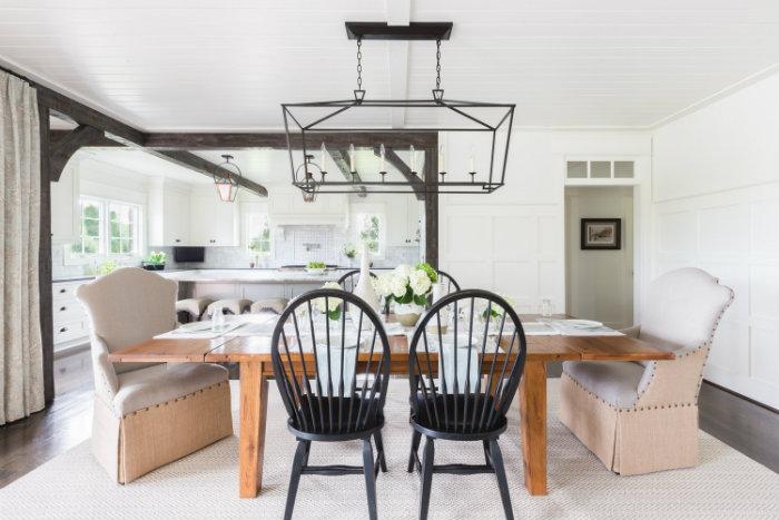 λευκό δωμάτιο και μαύρες καρέκλες