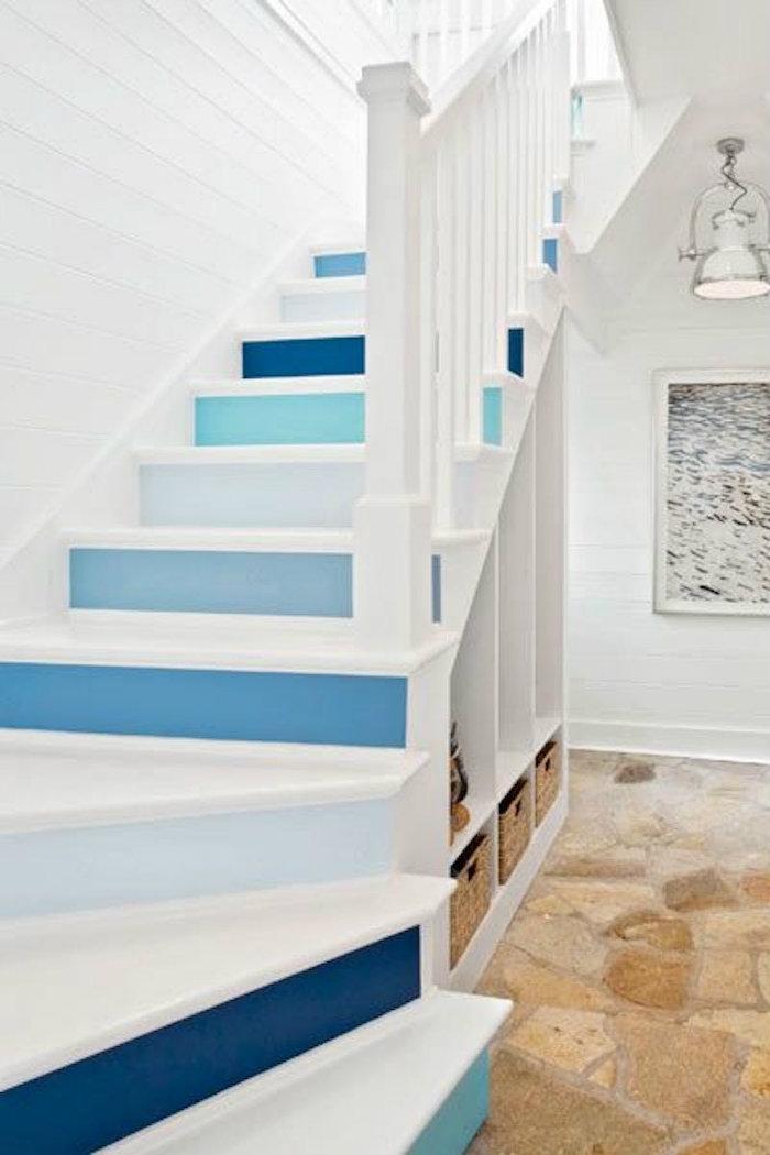 Μια σκάλα με πέντε διαφορετικά χρώματα σε ναυτικό ύφος, χαρίζει ζωή στην είσοδο του σπιτιού σου.