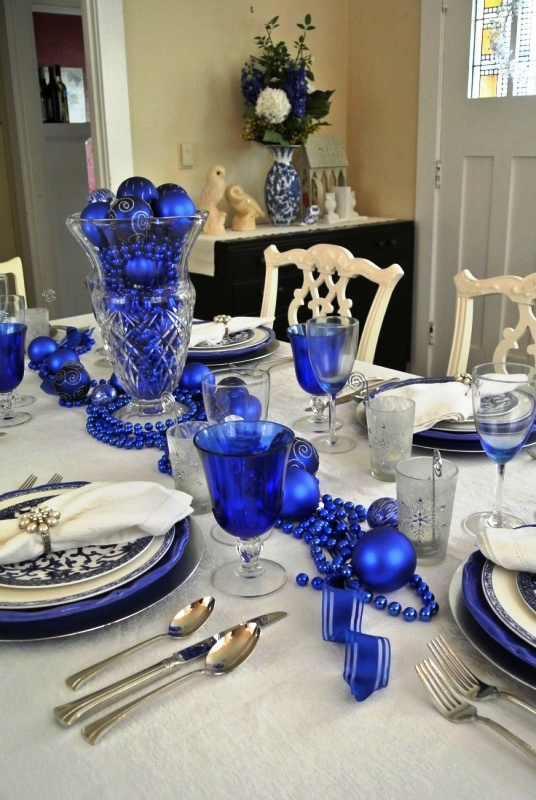 christmas decoration ideas for small living room couches blue-and-white-christmas-table