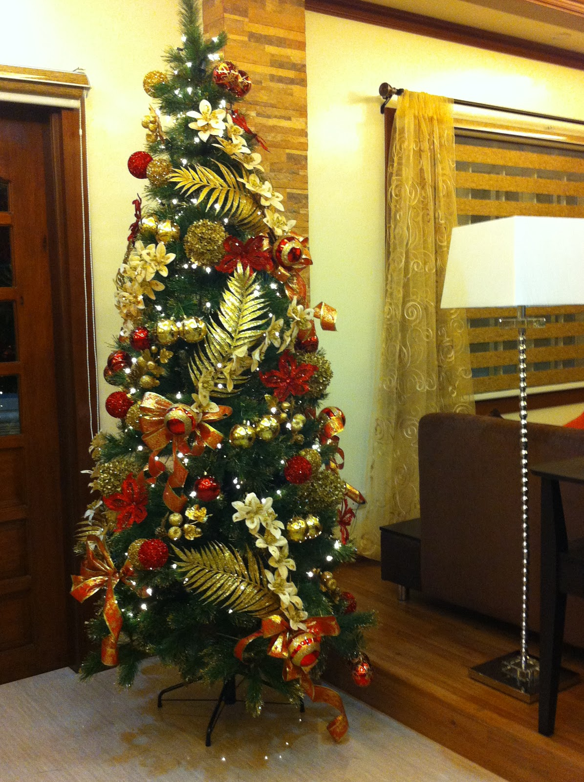 living room with fireplace decorating ideas decorate corner of classic-christmas-tree-design