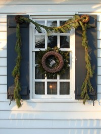 colonial-christmas-window-decorations