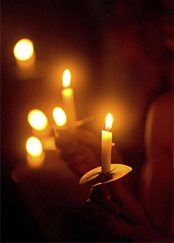 Fall Brithday Wallpaper Memorial Ideas For Loved Ones Holding A Candlelight Vigil