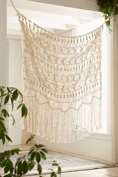 DECORATIVE WALL HANGINGS 31