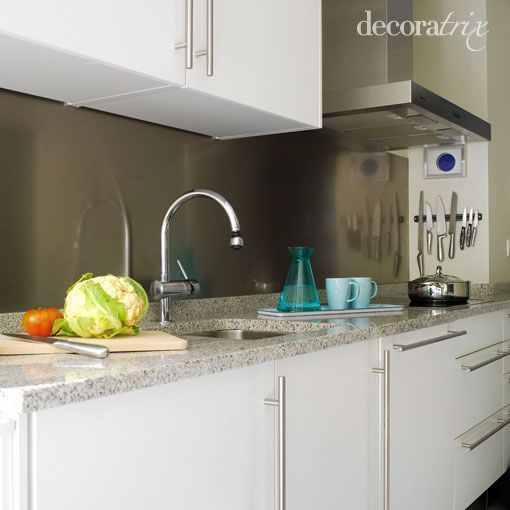 Una cocina con un armario de 10 cm de fondo