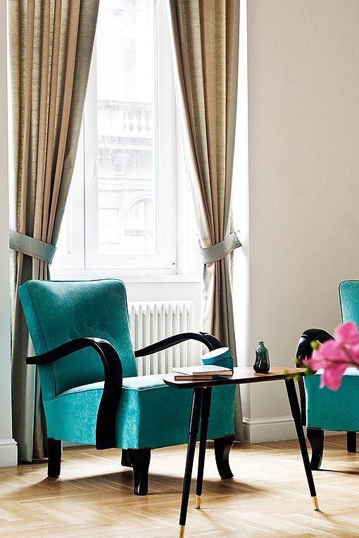 Saln clsico decorado en tonos tostados y turquesas