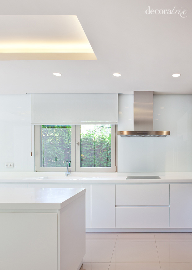 Cocina blanca de estilo minimalista