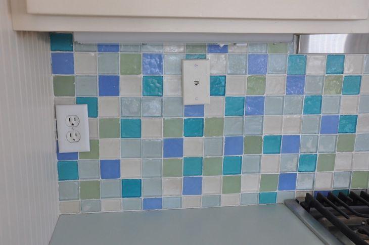 32 Glass Mosaic Tile Kitchen Backsplash Idea