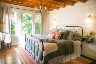 35 Stunning Magnolia Homes Bedroom Design Ideas For Comfortable Sleep 041