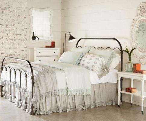 35 Stunning Magnolia Homes Bedroom Design Ideas For Comfortable Sleep 047