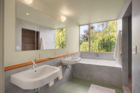 Minimalist Bathroom Design 11