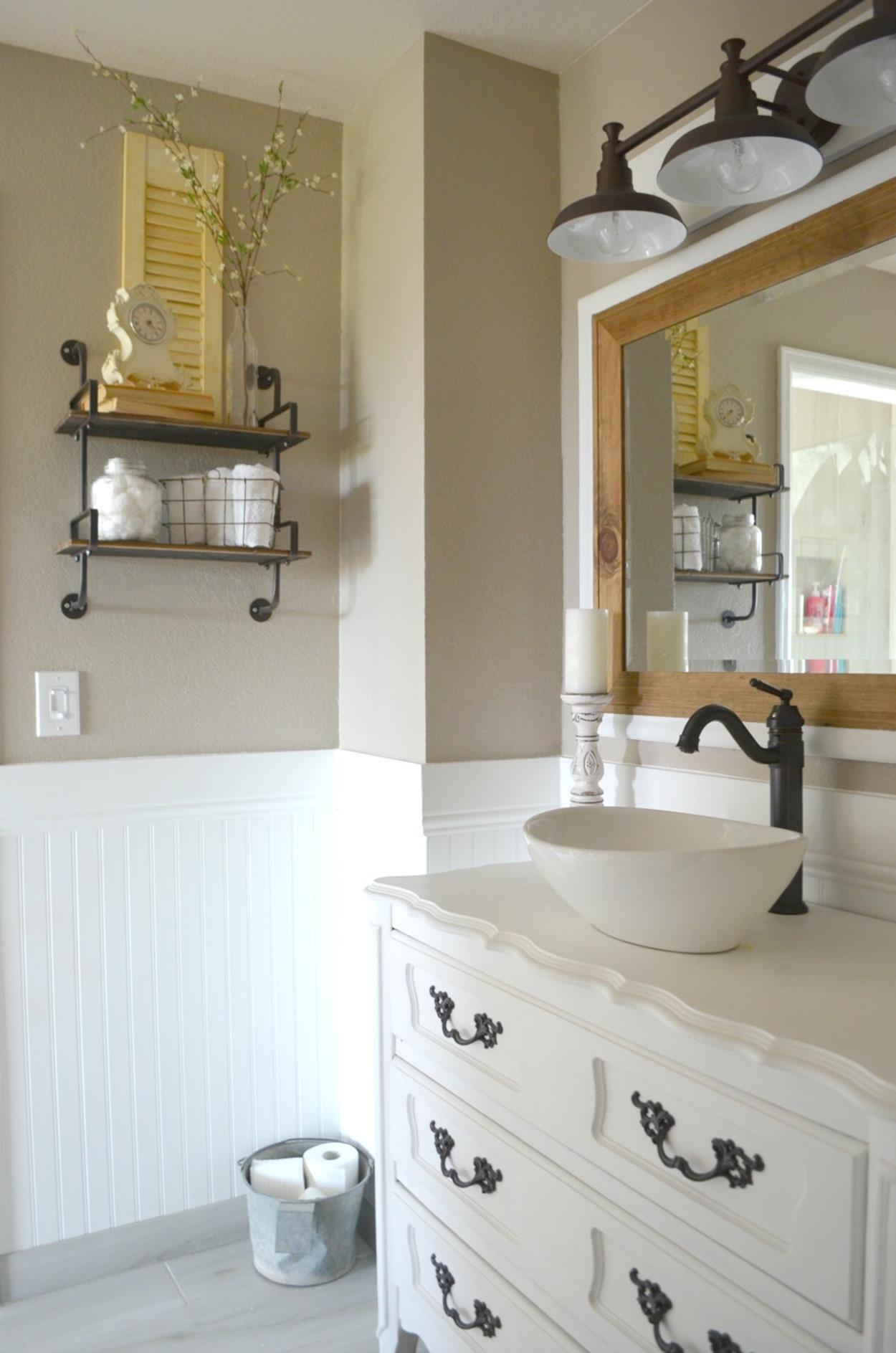 charming farmhouse bathroom accessories ideas 26 - decorelated