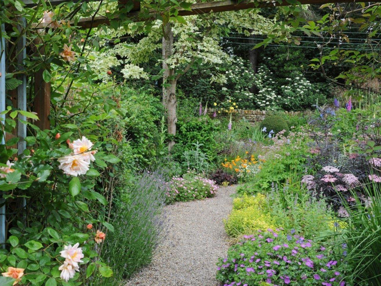 Stunning Country Cottage Gardens Ideas 11