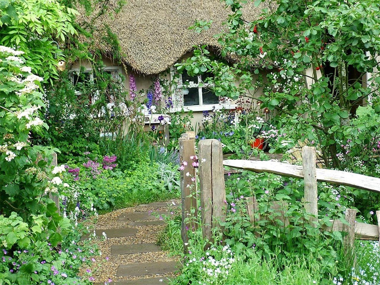Stunning Country Cottage Gardens Ideas 18