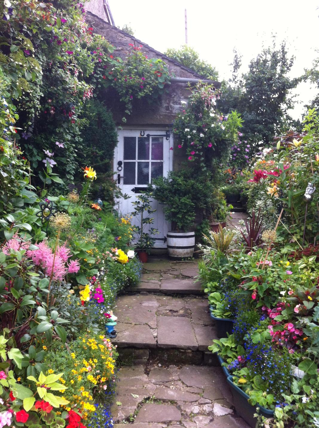 Stunning Country Cottage Gardens Ideas 23