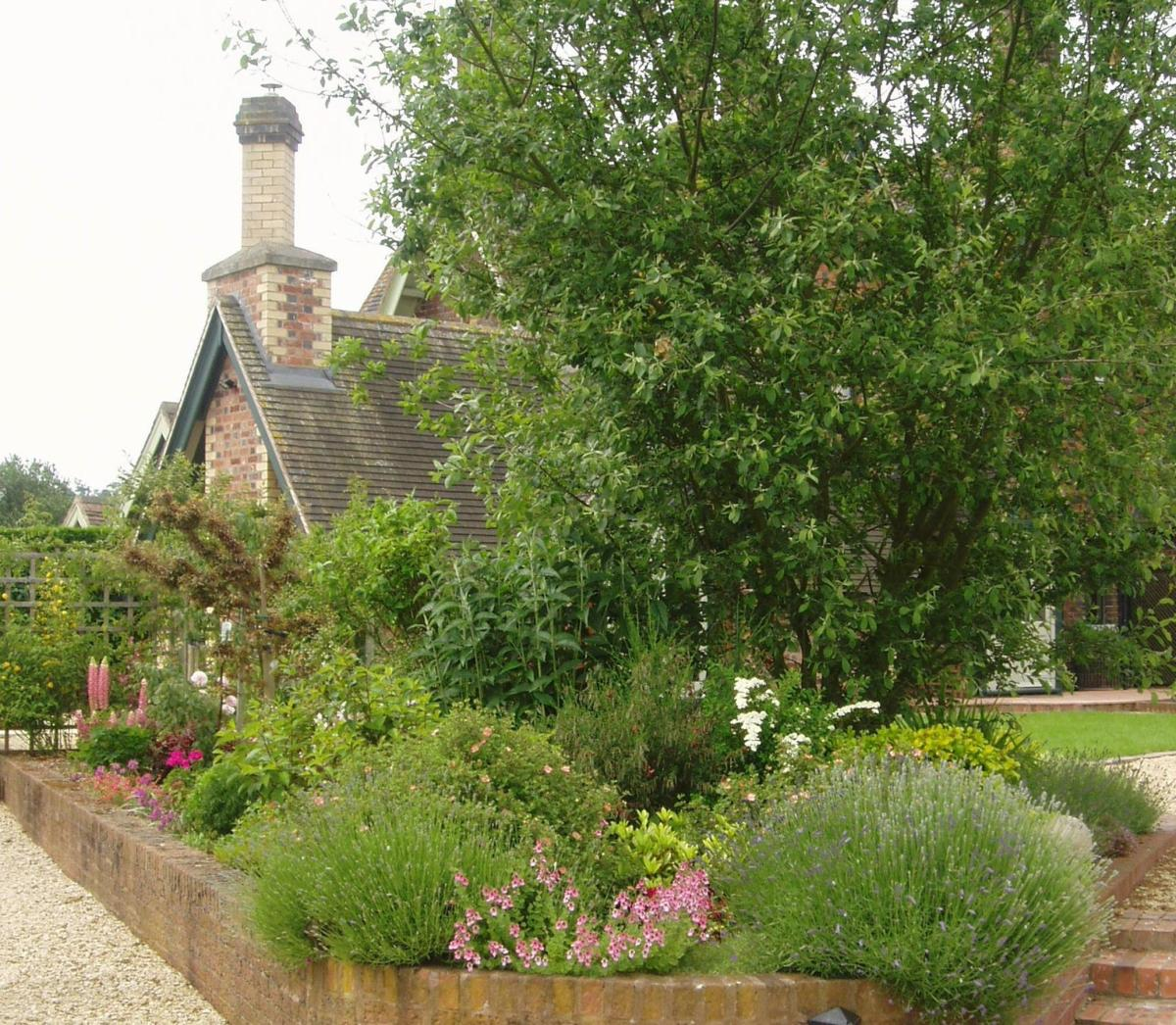 Stunning Country Cottage Gardens Ideas 28
