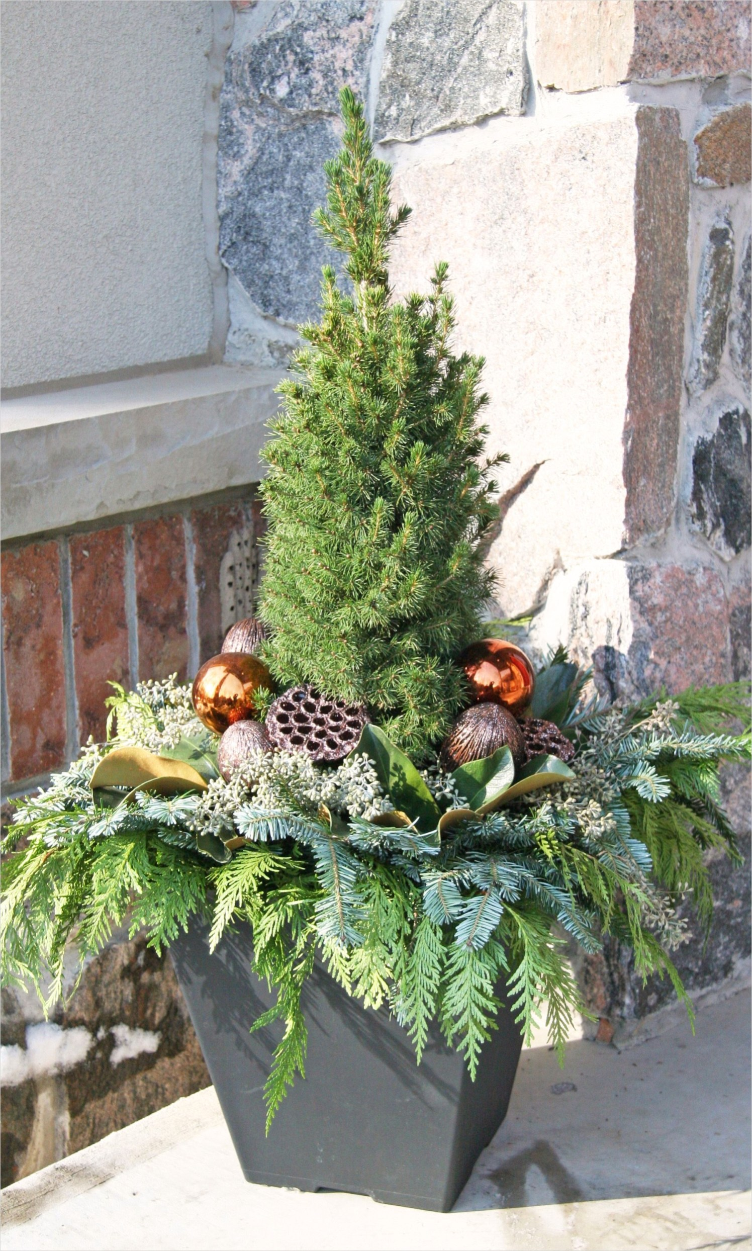 42 Beautiful Christmas Outdoor Pot Decorations Ideas 95 Outdoor Christmas Planter Outdoor Christmas Planters Pinterest 9