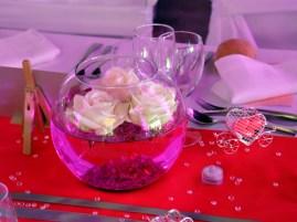 Fleurs flottantes en vase boule