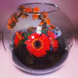 Composition florale d'automne en vase boule