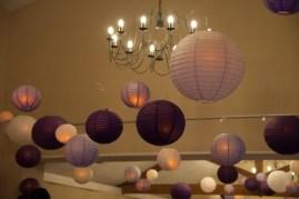 Décoration des plafonds avec accrochage de lanternes éclairées
