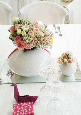 Petites compositions florales de roses branchues et de gypsophile