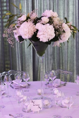 Décoration de la table d'honneur avec composition florale d'hortensia en vase martini